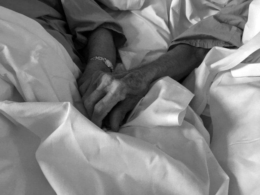 Antonia y Antonio, cogidos de la mano, en una imagen difundida por el Hospital Mesa del Castillo (Murcia).