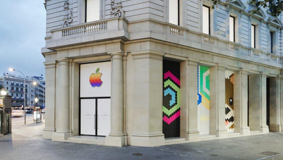 La tienda de Apple en Barcelona se prepara para la reapertura.