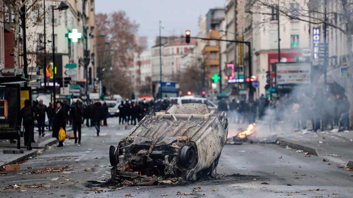 Arde París por el conflicto de la subida del carburante.