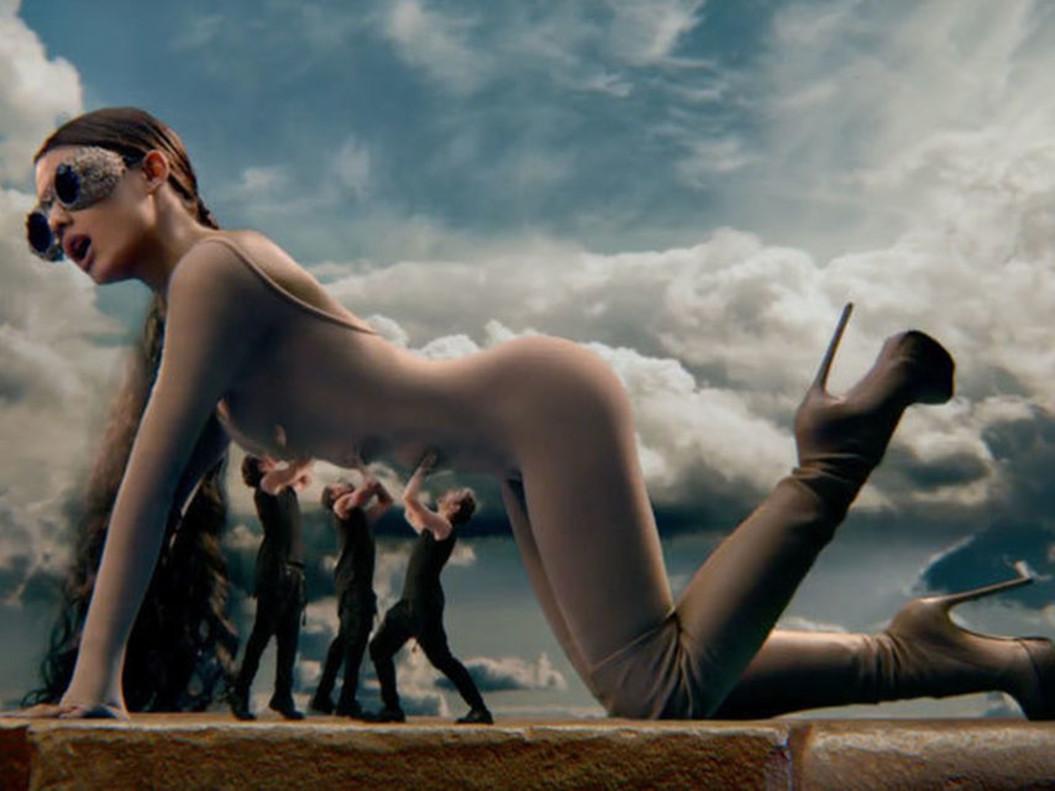 Ariana Grande en un fotograma de su videoclip God is a woman.
