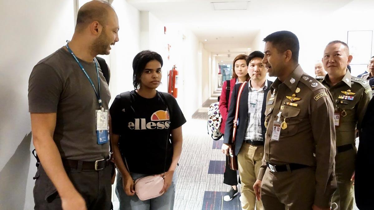 Australia dice que ACNUR le ha pedido que acoja como refugiada a la joven saudí que renunció al islam. En la foto,Rahaf, junto a oficiales de inmigración de la ONU en el aeropuerto de Bangkok.
