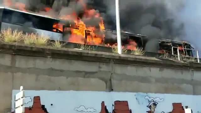 El autobús incendiado en la c-31.
