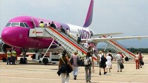 Avión de Wizz Air en el aeropuerto de Girona.