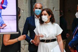 La presidenta de la Comunidad de Madrid, Isabel Díaz Ayuso, con el consejero de Sanidad, Enrique Ruiz Escudero, el pasado 25 de agosto en la Real Casa de Correos.