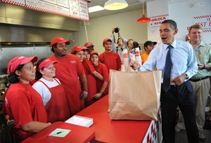 Barack Obama, cuando era presidente de Estados Unidos en el 2009, en un restaurante Five Guys.