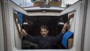 Kenneth Perdigón, en su velero,'Narinan',amarrado en elReial Club Marítim de Barcelona.