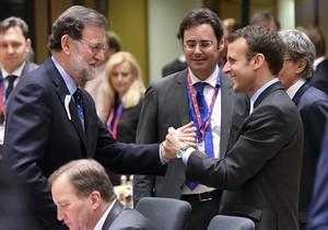 Mariano Rajoy saluda al presidente de Francia, Emmanuel Macron, al inicio del Consejo Europeo, este jueves en Bruselas.