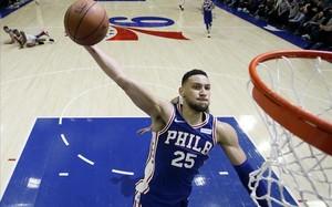 Ben Simmons vuela hacia el aro en un partido de la temporada ante los Knicks