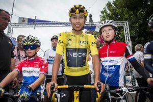 Egan Bernal posa con dos niños en el Critérium holandés Acht van Chaam.