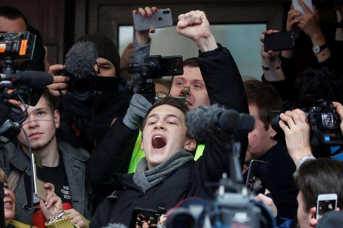 El bloguero ruso Yegor Zhukov, exultante tras ser liberado ante sus seguidores en Moscú.