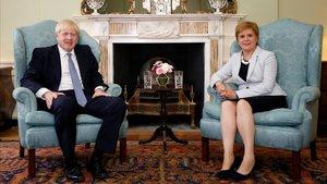 Boris Johnson junto a la ministra principal de Escocia,Nicola Sturgeon, en Edimburgo.