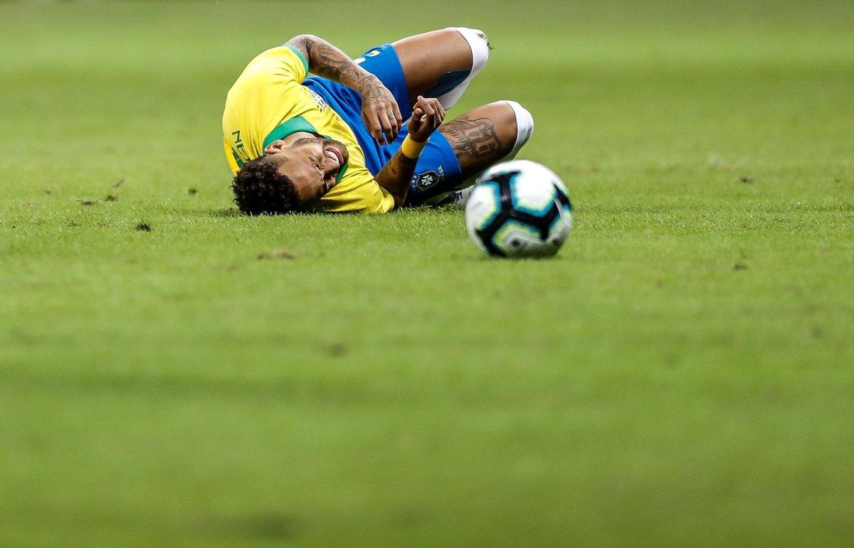 AME713 BRASILIA BRASIL 05 06 2019 - El jugador de Brazil Neymar se lamenta en el campo este miercoles en el partido amistoso entre Brasil y Catar en el Estadio Mane Garrincha en la ciudad de Brasilia Brasil EFE Antonio Lacerda
