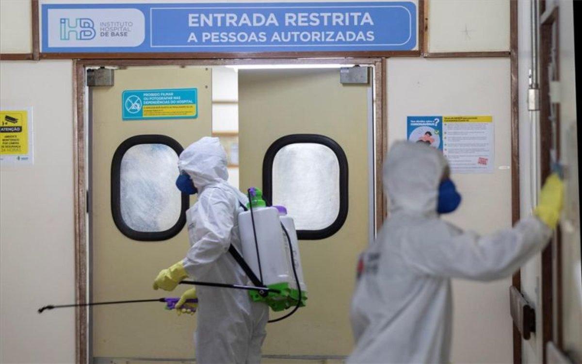 Personal sanitario desinfecta un hospital en Brasil por el covid-19.