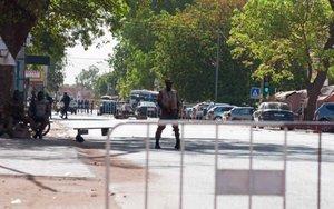 La policía de Burkina Faso resguarda la zona de un ataque armaado.
