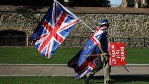 El activista anti-brexit, Steve Bray, camina junto al Parlamento británico en Londres.