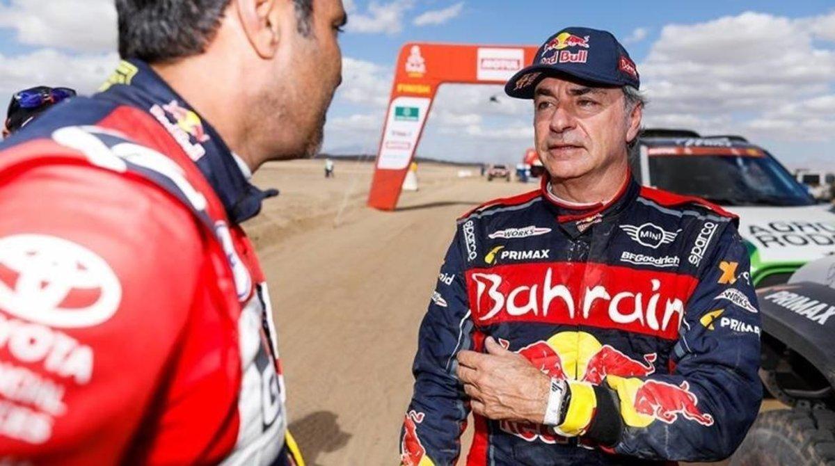 Carlos Sainz conversa con uno de los miembros del equipo Toyota.