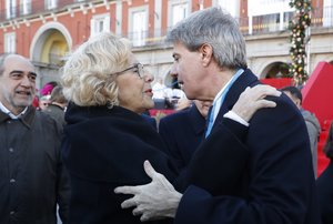 La alcaldesa de Madrid, Manuela Carmena, saluda al presidente de la Comunidad, Ángel Garrido.