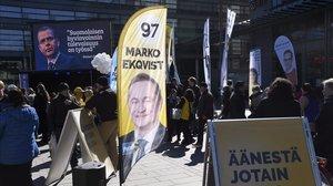 Carteles de propaganda electoral en una calle de Helsinki.