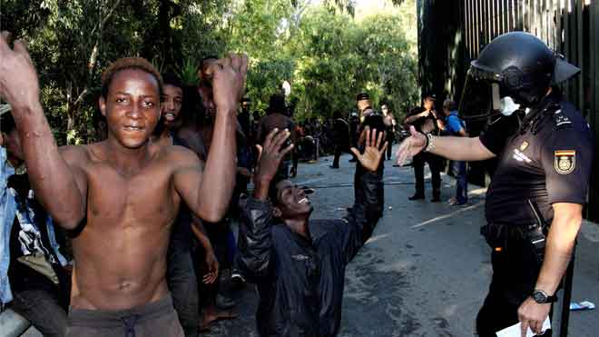 """Detinguts per """"organització criminal"""" els immigrants que van saltar la tanca de Ceuta al juliol"""