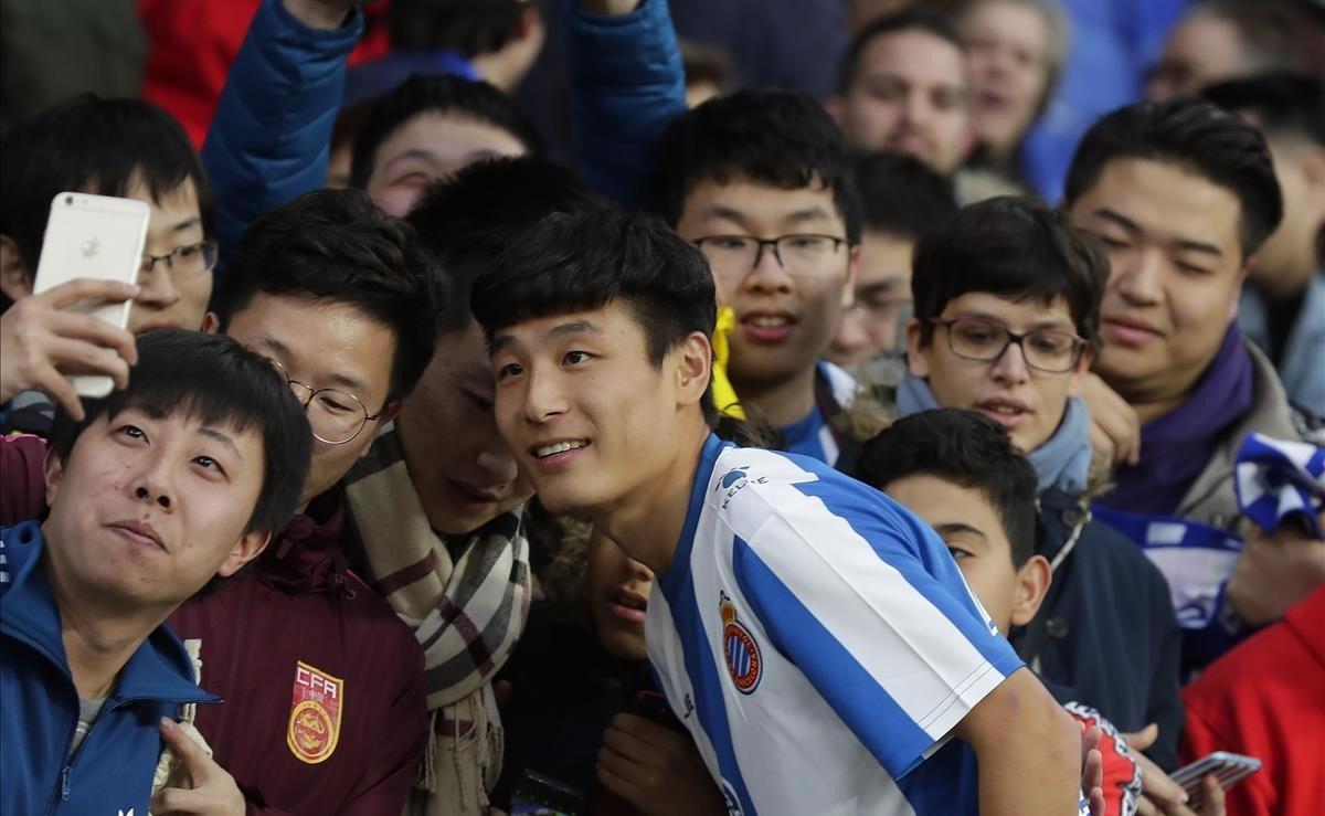 Wu Leiposa con sus seguidores durante su presentación oficial.