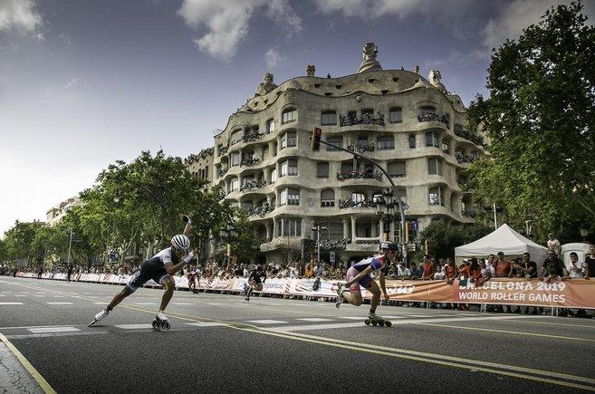 Cientos de seguidores vibran en las finales de 100 metros de patinaje de los World Roller Games en el Passeig de Gràcia de Barcelona.