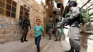 Una patrulla de la policía fronteriza israelípasea por el mercado de la ciudad de Qusbah, en Cisjordania.