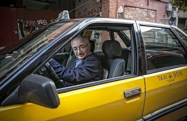 Antonio Carmona abandona la ITV tras certificar una vez más que su Renault 21 está impecable, el 23 de diciembre.
