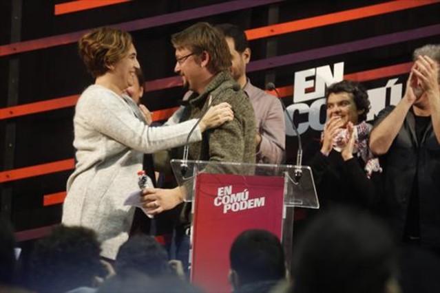 Colau felicita a Domènechen la celebración de la victoria en la sede de En Comú Podem de Barcelona.