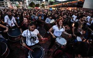 Los colombianos protesntan en las calles con música.
