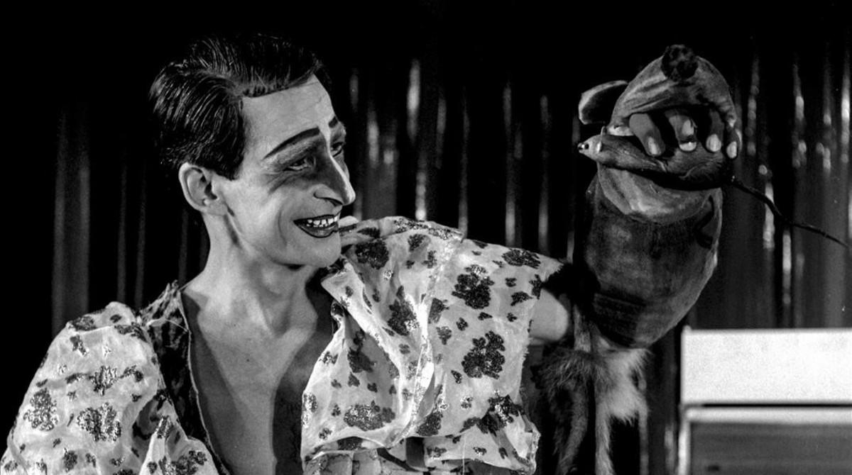 Copi, cuya trayectoria mostrará una exposición en la Virreina Centre de la Imatge, en una imagen representando Loretta Strong en el salón Diana de Barcelona, en 1978.