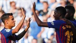 Coutinho felicita a Dembélé, abrazado por Umtiti, tras el gol del delantero francés que suponía el 1-2.