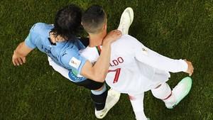 Cristiano Ronaldo ayuda a Cavani a salir del campo lesionado.