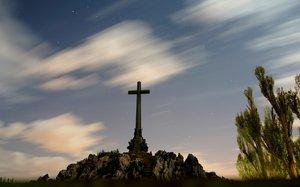 La cruz del Valle de los Caídos está fabricada por hormigón armado reforzado con un bastidor metálico.