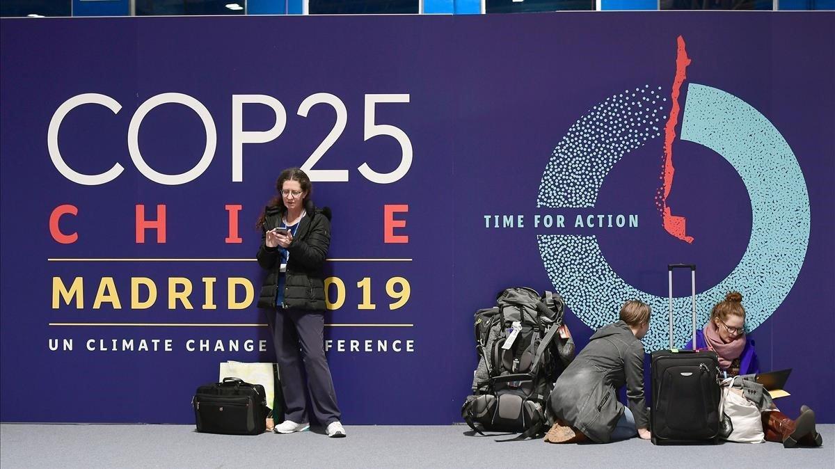 Varias personas aguardan en la entrada del recinto de Ifema de Madrid, donde se celebrará la Cumbre del Clima.
