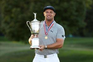 DeChambeau posa con su trofeo después de conquistar el Open de EEUU