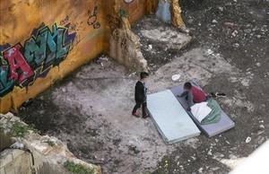 Dos chicos descansan en un colchón en un solar junto al Pou de la Figuera, cerca del mercado de Santa Caterina, en una imagen del 2016.