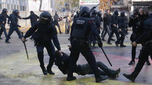Dos mossos arrastran a un manifestante en la plaza del 1 dOctubre de Girona