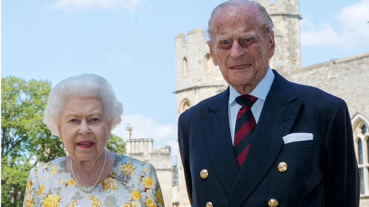 El duque de Edimburgo, fotografiado con Isabel II por su 99 cumpleaños.