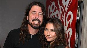 Dave Grohl, junto a Toni Cornell, hija de Chris Cornell, líder de Soundgarden, fallecido el año pasado, que recibió un concierto de homenaje este miércoles en Los Ángeles.