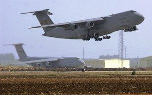 Un avión militar de los Estados Unidos modelo E-8.