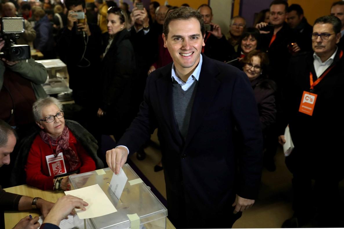 El presidente de Ciudadanos Albert Rivera, deposita su voto en el colegio electoral Santa Marta de LHospitalet de Llobregat.