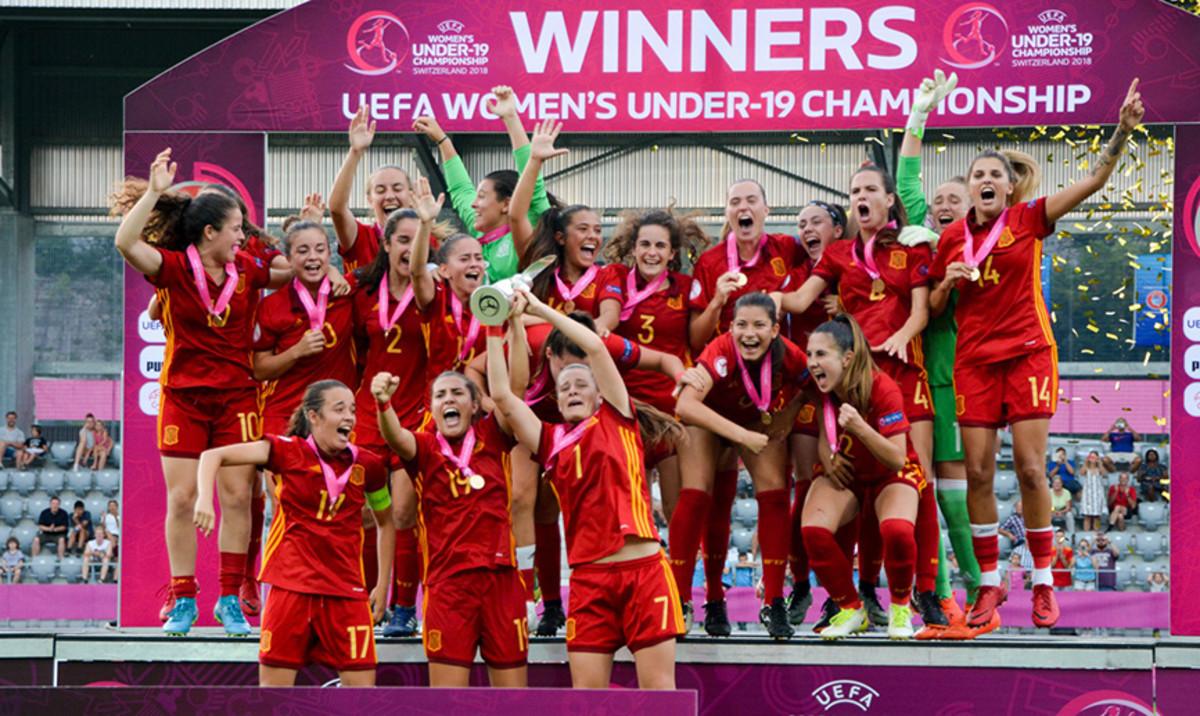 Elena Julve celebra junto a sus compañeras de selección su triunfo en el Europeo