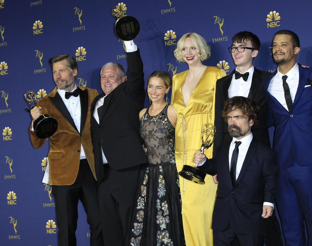 El elenco de Juego de Tronos posa con el Emmy a la mejor serie dramática.