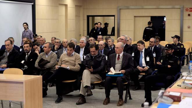 Empieza el juicio de la salida a Bolsa de Bankia. En la foto, el expresidente de Bankia Rodrigo Rato (primera fila) junto al resto de acusados, durante la primera sesión del juicio por la salida a bolsa de la entidad en el 2011 que se celebra en la Audiencia Nacional.