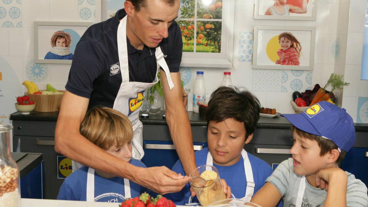 Enric Mas, en un taller con un grupo de niños