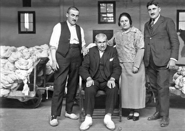 Una familia, con el patriarca sentado, dedicada al negocio de la lana.