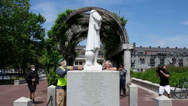 Manifestants antiracistes vandalitzen estàtues de Colom als EUA
