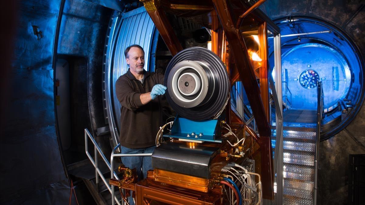 Pruebas de un propulsor de efecto Hall en las instalaciones en el Glenn Research Center de la NASA.