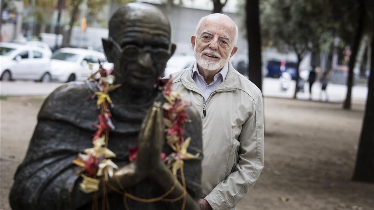 Lluís Fenollosa,junto a la estatua de Gandhi en Poblenou.