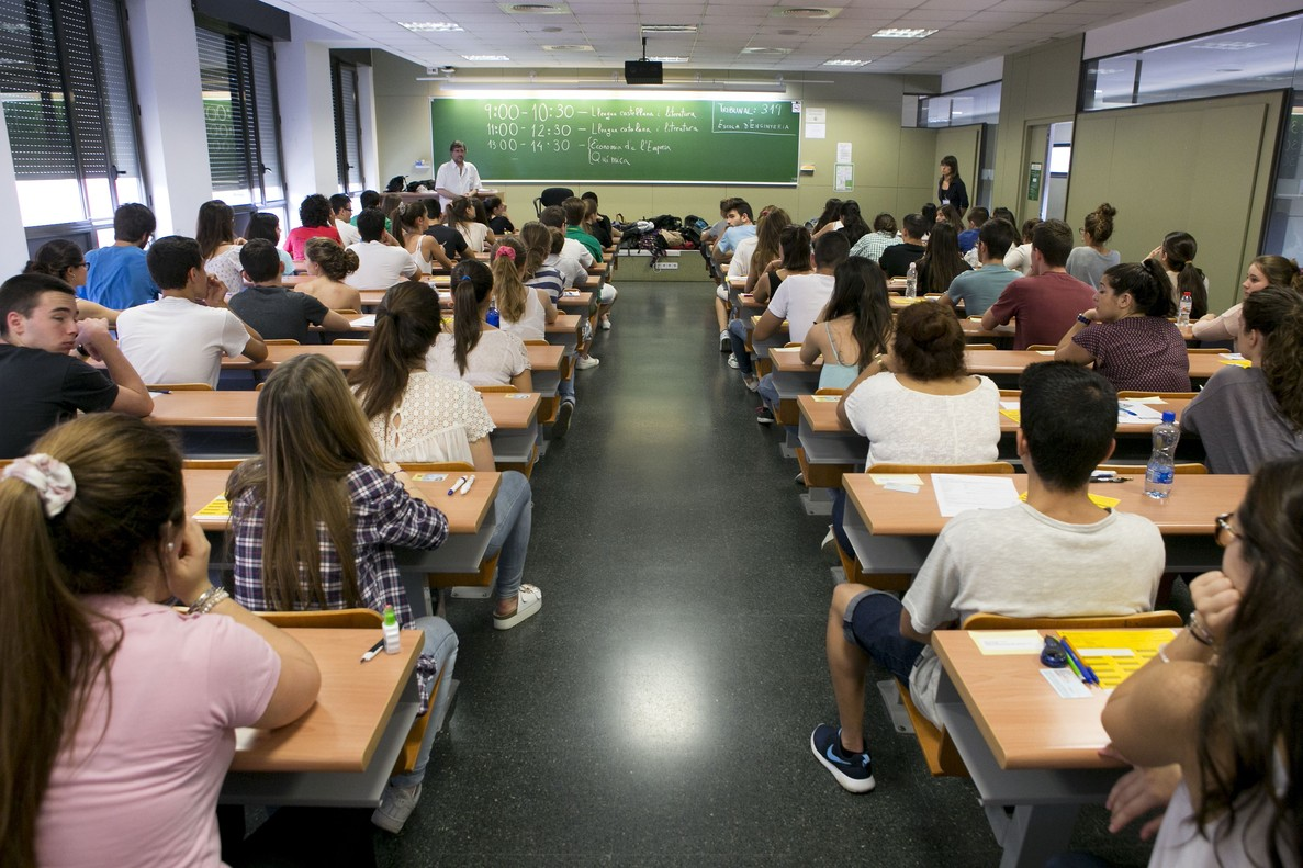Un grupo de estudiantes en un aula.